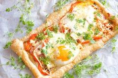 Пирог печенья слойки с яичком и беконом Стоковые Фото