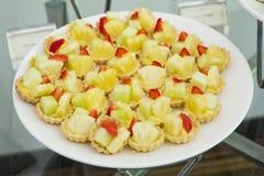 Пирог пирога свежих фруктов с ананасом и клубникой. Стоковые Изображения