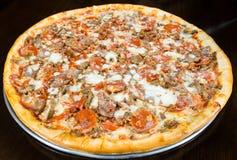 Пирог пиццы бекона Pepperoni сосиски весь на диске металла Стоковое Изображение RF