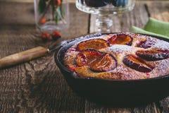 Пирог плодоовощ с свежими сливами в skillet литого железа Стоковые Фотографии RF