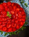 Пирог при украшенные клубники и взбитая сливк Стоковое Изображение RF