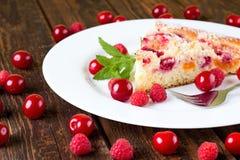 Пирог свежих фруктов на белой плите Стоковое Фото