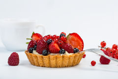 Пирог свежих фруктов при ягоды и чашка кофе изолированные на белой предпосылке Стоковое Изображение