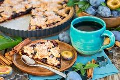 Пирог сливы с cinamon и миндалинами Стоковые Изображения