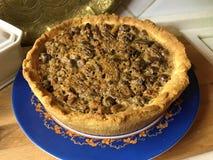 Пирог со смешиванием гаек и сметанообразной карамельки стоковые фотографии rf