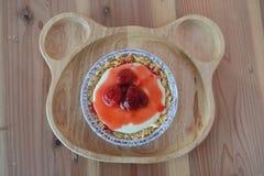 Пирог сыра клубники на милой деревянной плите Стоковые Изображения
