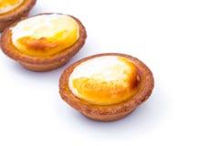 Пирог сыра на белой предпосылке стоковые фото