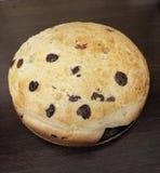 Пирог с изюминками от печи стоковая фотография
