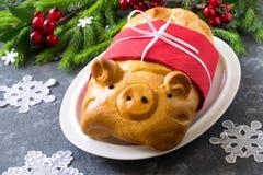 Пирог с мясом в форме смешной свиньи к Новый Год Стоковые Изображения