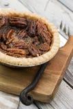 Пирог с орехами на деревянном столе, надземном взгляде Десерт благодарения Пирог пекана стоковое изображение rf
