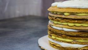 Пирог с разными видами сливк, в процессе стоковое фото