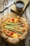 Пирог с спаржей и томатами на деревянной деревенской таблице Стоковые Изображения RF