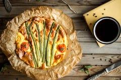 Пирог с спаржей и томатами на деревянной деревенской таблице Стоковые Фотографии RF