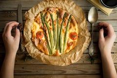 Пирог с спаржей и томатами на деревянной деревенской таблице Стоковое фото RF