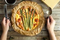 Пирог с спаржей и томатами на деревянной деревенской таблице Стоковая Фотография