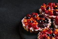 Пирог с ягодами закрывает вверх на темной предпосылке стоковые фотографии rf
