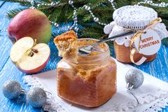 Пирог с caramelized яблоками в опарниках, подарок на рождество Стоковые Фотографии RF