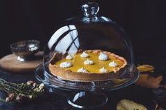 Пирог тыквы в стеклянной стойке торта Стоковые Фотографии RF