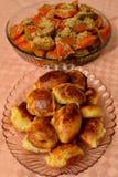 Пирог тыквы и домодельное печенье в блюдах Стоковое фото RF