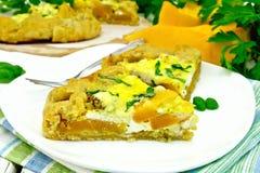 Пирог тыквы и сыра в белой плите на салфетке Стоковое Фото