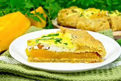 Пирог тыквы и сыра в белой плите на темной доске Стоковое Изображение RF