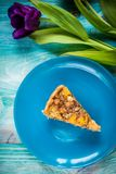 Пирог тыквы на голубой предпосылке с чайником и цветками стоковая фотография