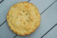 Пирог установленный вне для того чтобы охладить стоковое изображение