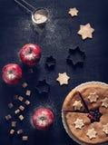Пирог яблока смородины домодельный на черноте Стоковые Изображения