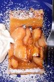 Пирог Яблока с взбитой поливой сливк и абрикоса Стоковое Фото