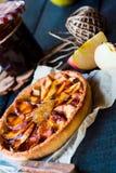 Пирог Яблока на основании песка с вареньем и карамелькой груши Стоковое Фото