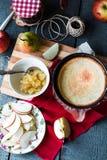 Пирог Яблока с вареньем груши и карамелькой, взгляд сверху Стоковая Фотография