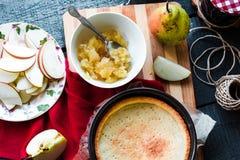 Пирог Яблока с вареньем груши и карамелькой, взгляд сверху Стоковые Изображения RF