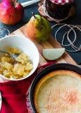 Пирог Яблока с вареньем груши и карамелькой, взгляд сверху Стоковые Фотографии RF