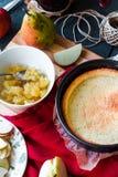 Пирог Яблока с вареньем груши и карамелькой, взгляд сверху Стоковое Изображение