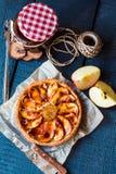 Пирог Яблока с вареньем груши и карамелькой, взгляд сверху Стоковое фото RF