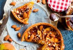 Пирог Яблока с карамелькой, куском пирога, взгляд сверху Стоковые Фотографии RF