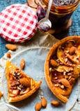 Пирог Яблока с карамелькой, куском пирога, взгляд сверху Стоковые Изображения RF