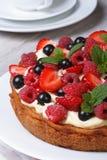 Пирог ягоды десерта украшенный с клубниками, полениками Стоковые Изображения