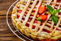 Пирог ягоды Пирог клубники на деревенском деревянном столе Стоковые Изображения