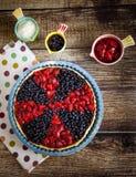 Пирог ягоды с клубниками и голубиками Стоковые Изображения