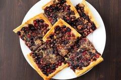 Пирог ягоды с печеньем слойки отрезал в взгляд сверху частей квадрата Стоковые Изображения