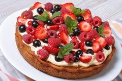 Пирог ягоды с свежими клубниками, полениками, смородинами, мятой Стоковая Фотография RF