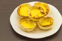 Пирог яичка в белом блюде стоковое изображение rf