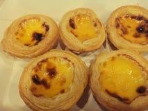 пирог яйца и заварного крема на белой предпосылке стоковое фото