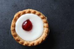 Пирог bakewell вишни на темной предпосылке стоковые изображения rf
