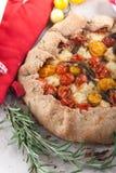 Пирог Delicuious с томатами вишни, травами сыра фета Стоковые Изображения