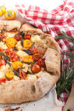 Пирог Delicuious с томатами вишни, травами сыра фета Стоковая Фотография RF