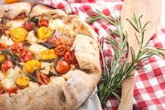 Пирог Delicuious с томатами вишни, травами сыра фета Стоковые Изображения RF