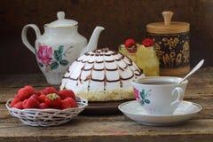 Пирог Pancho с кусками ананаса, чаем и свежей клубникой Стоковая Фотография