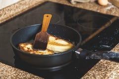 2 пирожка в сковороде и деревянном затворе на верхней части Стоковое Изображение RF